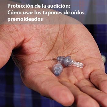 Un video de un hombre que muestra la forma correcta de usar tapones de oídos premoldeados para ayudar a prevenir la pérdida de audición inducida por el ruido.